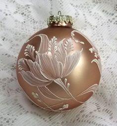 Vánoční ozdoba * zlaté sklo s malovanou květinou.