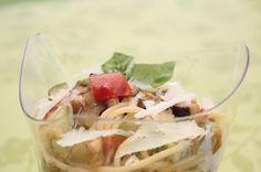 Spaghetti con melanzane, zucchine e pomodorini con provola affumicata fusa e crumble di mandorle