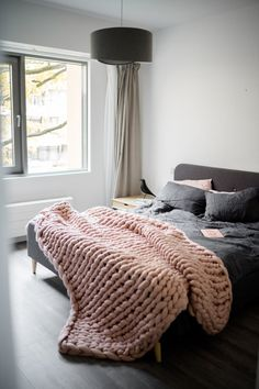 Super cozy chunky throw for your bedroom. Bedroom Decor Dark, Bedroom Decor Lights, Bedroom Decor For Couples, Dream Bedroom, Bedroom Ideas, Master Bedroom, Chunky Knit Throw Blanket, Bedroom Cushions, Knitted Blankets