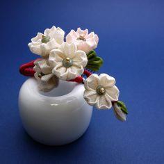ふんわりした桜の花びらから見える朱赤の枝がおとなっぽい印象です桜 さくら サクラ・・・色々な桜を簪に。春の緋川兎八商店はいろんな桜が咲いています♡まとめ髪の根本に添わせてさして見てください。朱赤の枝がいいアクセントとなります。立体的に組み上げた枝に花房が... Minne, Crafts, Jewellery, Decor, Flowers, Manualidades, Jewels, Decoration, Schmuck