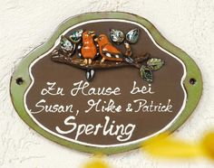 Beschriftetes Keramik Türschild Vogel-Paar - Hier pfeifen es nicht die Spatzen von den Dächern, sondern vom Ast wird hier verraten, wer hier wohnt.