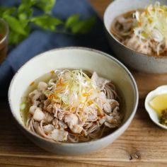 「塩だしそば」のレシピと作り方を動画でご紹介します。茹でたそばに、豚バラ肉を煮込んだ塩だしつゆをかけました。豚肉の旨味たっぷりのつゆがそばに絡み、やみつきになるおいしさです!めんつゆのそばに飽きたら、こんなアレンジをしてみては? Home Recipes, Asian Recipes, Cooking Recipes, Japanese House, Japanese Food, Oatmeal, Pork, Food And Drink, Breakfast