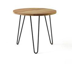 Mesa de madera maciza redonda de 55 cm de diámetro, 3 cm de espesorTerminación : Hidrolaca semimate / color natural / Altura : 45 cmPatas de hierro redondo macizo. Color negro natural.