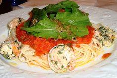 Spaguetti com camarão ao molho de tomate e perfume de limão siciliano