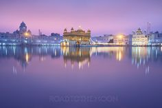 The Golden Temple / Amritsar / Punjab . Golden Temple Wallpaper, Black Wallpaper, Beautiful Roses, Beautiful Places, Guru Nanak Wallpaper, Spiritual Wallpaper, Harmandir Sahib, Golden Temple Amritsar, Guru Gobind Singh