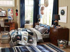 lambris mural blanc, rideaux en bleu foncé et meubles en bois sombre dans la chambre ado garçon