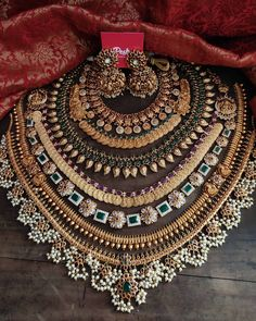 Indian Bridal Jewelry Sets, Indian Jewelry Earrings, Jewelry Design Earrings, Bridal Jewellery, Gold Jewelry, Cheap Jewelry, Vintage Jewelry, Kerala Jewellery, Fancy Jewellery