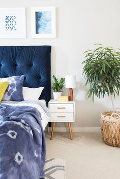 Bring in the popular shibori trend to your home decor by simply DIY-ing some cool pillow shams and a beautiful throw! Incorporate the latest trend!