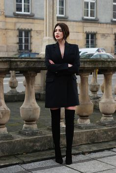 Just a blazer as a dress with overknee boots looks really pretty. Blazer Outfits, Blazer Dress, Style Blazer, How To Wear Blazers, Hippy Chic, Parisian Chic, Classy Chic, Elegant Outfit, Fashion Outfits