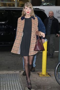 Taylor Swift: 100 mejores looks - StyleLovely Estilo Taylor Swift, Taylor Swift Hair, Taylor Swift Outfits, Taylor Swift Facts, Taylor Swift Style, Taylor Swift Fashion, Retro Outfits, Simple Outfits, Celebrity Outfits