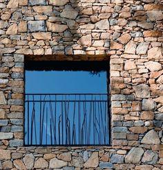 Des balconnets végétaux - Une maison neuve taillée en pierres sèches - CôtéMaison.fr