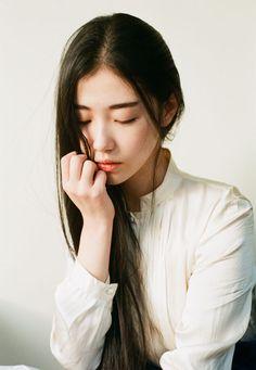 Long brown hair and natural looking makeup.