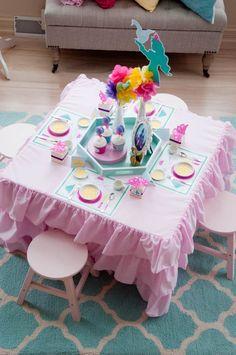Mesa posta e a brincadeira já pode começar na festa de aniversário. Perfeita para meninas de 4 a 6 anos.