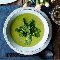 Frysta ärter är suveränt att göra en grön och kryddigt pigg soppa av. Toppa med koriander.