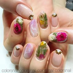 Pressed flowers nail @penelope_official This is so gorg I can't even.