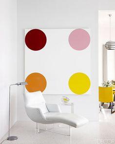 Los espacios con muebles y paredes blancas cobran encanto y personalidad cuando se les agrega prudentemente colores divertidos, el color de los helados: fresa, pistacho, menta, etc.