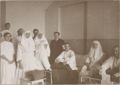 Empress Alexandra Feodorovna, com suas filhas as Grand Duchesses Tatiana e Olga Nikolaevna, juntamente com a equipe médica a cuidar dos soldados russos feridos durante a Primeira Guerra Mundial. Enfermaria do Hospital em Tsarskoye Selo, em 1914-1915. Anna Vyrubova e a dra princesa Vera Gedroits também estão na foto.