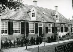 1986 - Deze oorspronkelijk 4 woninkjes, zijn gebouwd in de 18e eeuw.  Ze werden bewoond door zaaddragers die werkten voor de eigenaars van de oliemolens. Het zaad, bestemd voor de productie van natuurlijke (lijn)oliën werd met kleine scheepjes in zakken aangevoerd, en door de zaaddragers gelost en op de plek van bestemming gebracht. De zaaddragershuisjes raakten na de oorlog sterk in verval, maar zijn in 1964 gerestaureerd.