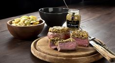 Kalbsfilet mit Senf-Oliven-Kruste und Kartoffel-Trauben-Salat.