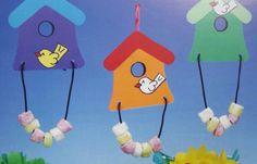 Haha, een leuk vogelhuisje van papier! Met drop en chips maak je er wat lekkers aan. Eet maar op!