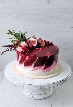 Яркий торт для небольшой свадьбы в винных тонах. Внутри сочный бисквит брауни, малиновый курд и свежая малина в прослойке. Украшен торт инжиром, малиной, клубникой, красной смородиной и свежей зеленью. Автор Instagram.com/juso.cakes: