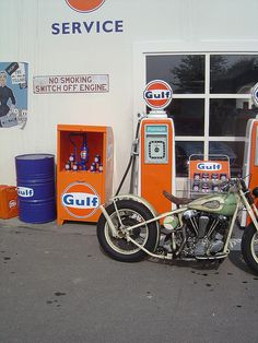Gulf Station I worked at a Gulf Station in 1970 from to Mon. With two little kids at home it was a Great second job to help keep the wolf off the door ! Old Gas Pumps, Vintage Gas Pumps, Vintage Auto, Pompe A Essence, Second Job, Old Gas Stations, Filling Station, Chevron, Texaco