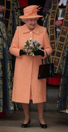 オレンジ エリザベス女王のカラフルな衣装