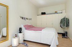 Schlafzimmer-gestalten-im-skandinavischen-Stil-kleines-Zimmer-Kette-mit-Photos-als-Wand-Deko - Schlafzimmer gestalten – 30 moderne Ideen im skandinavischen Stil