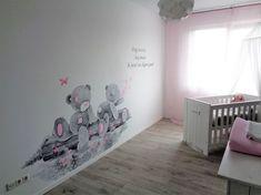 Me to You babykamer muurschildering laag bij de grond: twee beertjes zittend op een boomstam