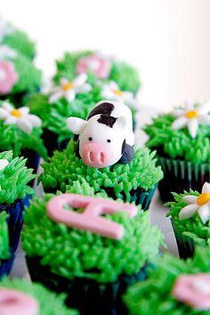 Cow & Daisies on Green Grass Cupcakes Cow Cupcakes, Cupcakes For Men, Fancy Cupcakes, Yummy Cupcakes, Cupcake Cookies, Amazing Cupcakes, Pretty Cakes, Cute Cakes, Bake A Boo