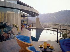Designed by John Lautner in The Elrod House in Palm Springs was used as a location for the James Bond classic 'Diamonds Are Forever'. John Lautner, Palm Springs Häuser, Porches, Exterior Design, Interior And Exterior, Palm Springs Mid Century Modern, Colani, Modern Architects, Googie