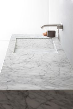 Countertop rectangular Carrara marble washbasin D TAGLIO by Rexa Design Modern Bathroom Design, Bathroom Interior Design, Modern Design, Interior Minimalista, Bathroom Collections, Minimalist Bathroom, Bathroom Furniture, Bathroom Inspiration, Design Inspiration