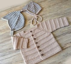 Knitted Pattern Ridge Pattern Cardigan and Helmet – (A) - Knitting Crochet Knitting For Kids, Baby Knitting Patterns, Knitting Projects, Hand Knitting, Baby Boy Cardigan, Knitted Baby Cardigan, Girls Sweaters, Baby Sweaters, Moss Stitch
