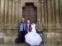 Cuatro visitantes de Pamplona que a pesar de la lluvia, se han desplazado hasta Ejea de los Caballeros