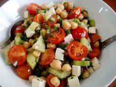 Ensalada de garbanzos con queso, pepino, tomates y perejil rizado