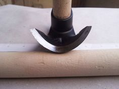 Gegossen und danach geschmiedet und gehärtet, Bildhauerei, Holz schnitzen und Holz Schale Dechsel arbeiten. Es vereint scharfe Klinge und Klauenhammer. Das ganze in der Mitte ist zum Ziehen von Nägeln. Sehr nützlich und gut ausgewogen. Sehr scharfe und langlebige Klinge. AISI-4150 HRC