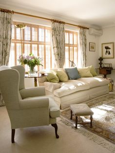 Charming City Apartment - traditional - Living Room - London - Adrienne Chinn Design Drapery style, (rod and hangers), not patterns or colors London Living Room, Living Room Sofa, Home Living Room, Living Room Designs, Living Room Decor, Room London, English Living Rooms, Formal Living Rooms, Living Spaces