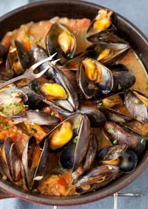 Mussels in White Wine Sauce with Onions and Tomatoes