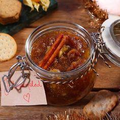Gör egen julmarmelad - det är enkelt och blir väldigt gott. Perfekt att ha till kex och ostbricka. Tips! När marmeladen är klar, sätt på locket och ställ burken upp och ner och låt svalna för att skapa vakuum. Du kan också göra egna etiketter och ge bort din marmelad som julklapp. Swedish Christmas, Christmas Candy, Xmas, Swedish Recipes, Christmas Cooking, Eating Plans, No Bake Desserts, Ge Bort, Finger Foods