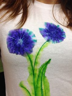 DIY Watercolor T-Shirt using Sharpies. Add droplets of hydrogen peroxide. Use Sharpie Stain marker to draw lines that don't spread. Sharpie Projects, Sharpie Crafts, Sharpie Art, Diy Projects To Try, Craft Projects, Sharpie Doodles, Sharpie Markers, Fabric Painting, Fabric Art