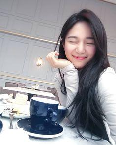 Lee Elijah Beautiful Asian Women, Simply Beautiful, Korean Beauty Standards, Straight Eyebrows, Coffee Girl, Natural Face, Korean Actresses, Sexy Asian Girls, Cute Woman