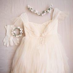 真っ白でふわふわのドレスに、シロツメクサのアクセサリーを合わせて。ガーデンウェディングにぴったりな、可憐でキュートな花嫁さんスタイル!
