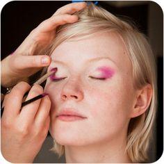 Jeżeli chcesz ślinić podczas sesji zdjęciowej i mieć profesjonalny makijaż, potrzebna będzie wizażystka. Firma FotoFaktor oferuje wynajęcie wizażystki podczas sesji fotograficznej.
