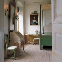 This interior is inspired by the Gustavian era. Also large mirror to lighten the room. The chairs are even chalky looking giving it that gustavian look. Swedish Interiors, Furniture, Interior, Swedish Bedroom, Home Decor, House Interior, Farmhouse Bedroom Decor, White Painted Desk, Interior Design