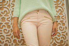 *Vestirse bien y gastar poco* Fotografía: Diana Sandoval  Producción: Daliz Londoño Diana, Khaki Pants, Stylists, Beauty, Fashion, Shopping, Dress Up, Rose Trees, Moda