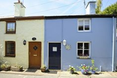 A romantic little hideaway - Blue Cottage is tucked down a side street, a little backwater only a few steps from the shops & restaurants. Sleeps 4.