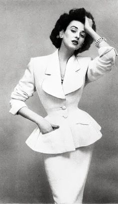 Dorian Leigh (sister Model Suzy Parker) in Lilli Ann suit. Photo By Richard Avedon Moda Retro, Moda Vintage, Vintage Mode, Vintage Style, Vintage Glamour, Vintage Beauty, 1950s Style, Vintage Outfits, Vintage Dresses