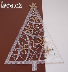 Christmas tree, perfect for window decoration Needle Tatting, Needle Lace, Fabric Stiffener, Bobbin Lacemaking, Easy Christmas Decorations, Bobbin Lace Patterns, Free Motion Embroidery, Lace Heart, Lace Jewelry