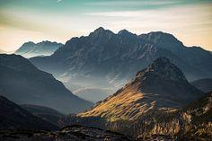 La fin de l'automne au coucher du soleil sur les prairies alpines et montagnes en Autriche - Photo