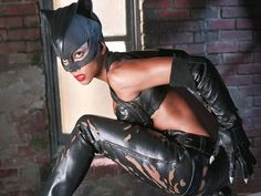 Halle Berry is the Cat's Meow in her Catwoman costume from the 2004 movie named after the feline antihero character. This Catwoman costume has a much smaller top and is more damaged than the other ones we have seen. Cosplay Gatúbela, Catwoman Cosplay, Female Cosplay, Female Superhero, Superhero Movies, Halle Berry Catwoman, Catwoman 2004, Hally Berry, Cinema
